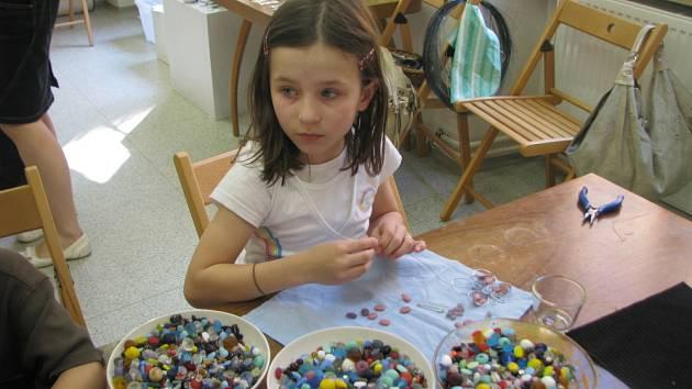 Kroměřížské muzeum hostilo v sobotu 25. dubna 2009 další z tradičních dílen, tentokrát věnovanou navlékání korálků. Účast dětí nepokazilo ani pěkné počasí.