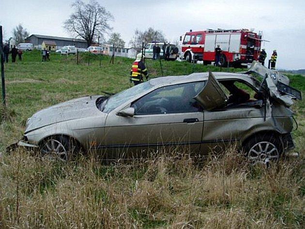 VRAK. Hasiči museli v neděli pomáhat při tragické havárii osobního auta u Plešovce. Ze čtveřice mladíků jeden cestující nepřežil.