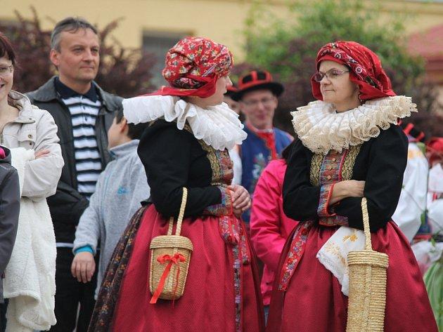Spoustu krojovaných vystoupení a jiných tradic si mohli v sobotu 23.4. užít lidé v Kroměříži při akci nazvané Hanácký den, která se konala na tamním Hanáckém náměstí.