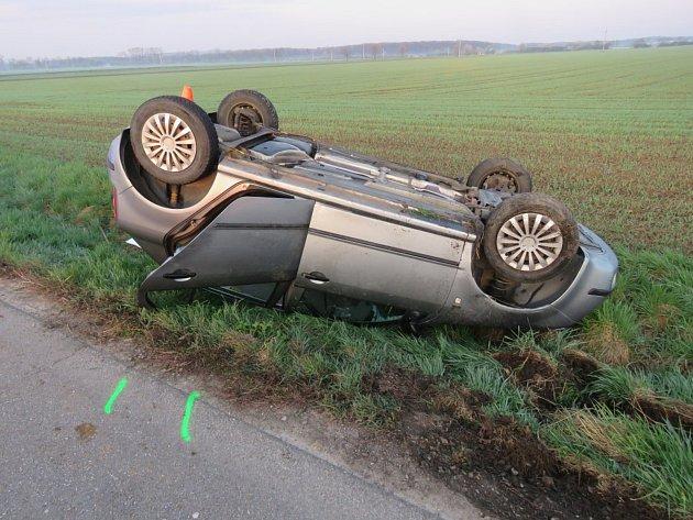 Při nehodě mezi Břestem a Skašticemi skončil osmasedmdesátiletý řidič Škody Fabia v neděli ráno v příkopu, kde se jeho auto přetočilo na střechu. Vyvázl bez zranění, předběžná škoda dělá patnáct tisíc korun.