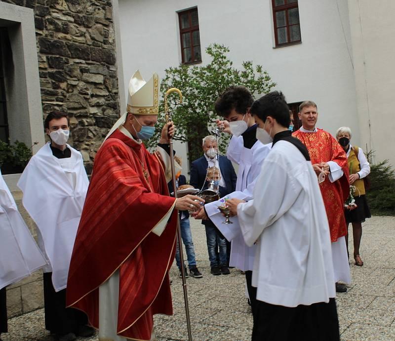 Národní pouť včelařů na Sv. Hostýně, 23. května 2021. Průvod od sochy sv. Ambrože.
