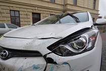 Řízení vozu Hyundai i 30 nezvládl v pátek 19.2. v Kroměříži třiadvacetiletý muž, při odbočování z Komenského náměstí přehlédl před přechodem autobus a zezadu do něj narazil.
