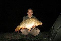Mladý rybář Michal Jurča s parádním úlovkem. Kapr obecný měl 80  cm a 9,8 kg.