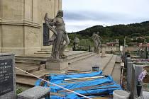 Barokní hřbitov ve Střílkách se také letos dočkal další etapy oprav. Letos se opravy týkají schodů ke kapli a omítek v kryptě, příští rok pak obec plánuje opravit také vřetenové schodiště v kryptě spolu se záklopovou deskou.