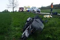 Nehoda motorky s osobním automobilem.