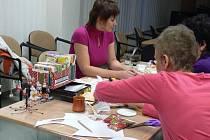 Pod vedením výtvarnice si zájemci mohli v Knihovně Kroměřížska vyzkoušet zdobení předmětů ubrouskovou technikou..
