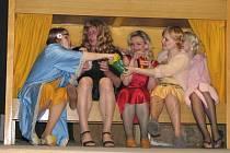 Střílečtí ochotníci sehráli v sobotu 7. března 2009 v kulturním domě Koryčany divadlo Někdo to rád horké.