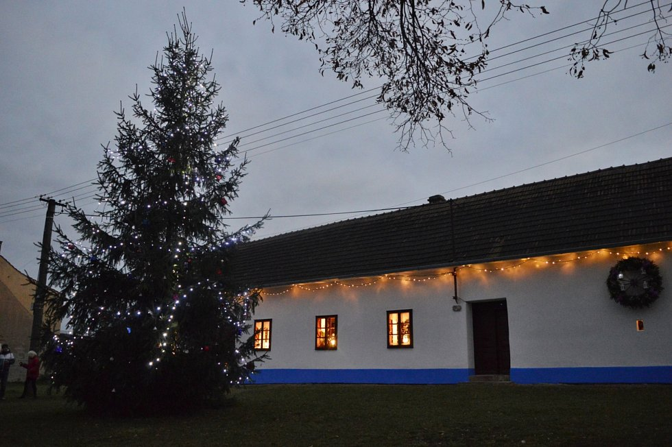 Vánoční strom 2020 v Kudlovicích před domem Stmenských
