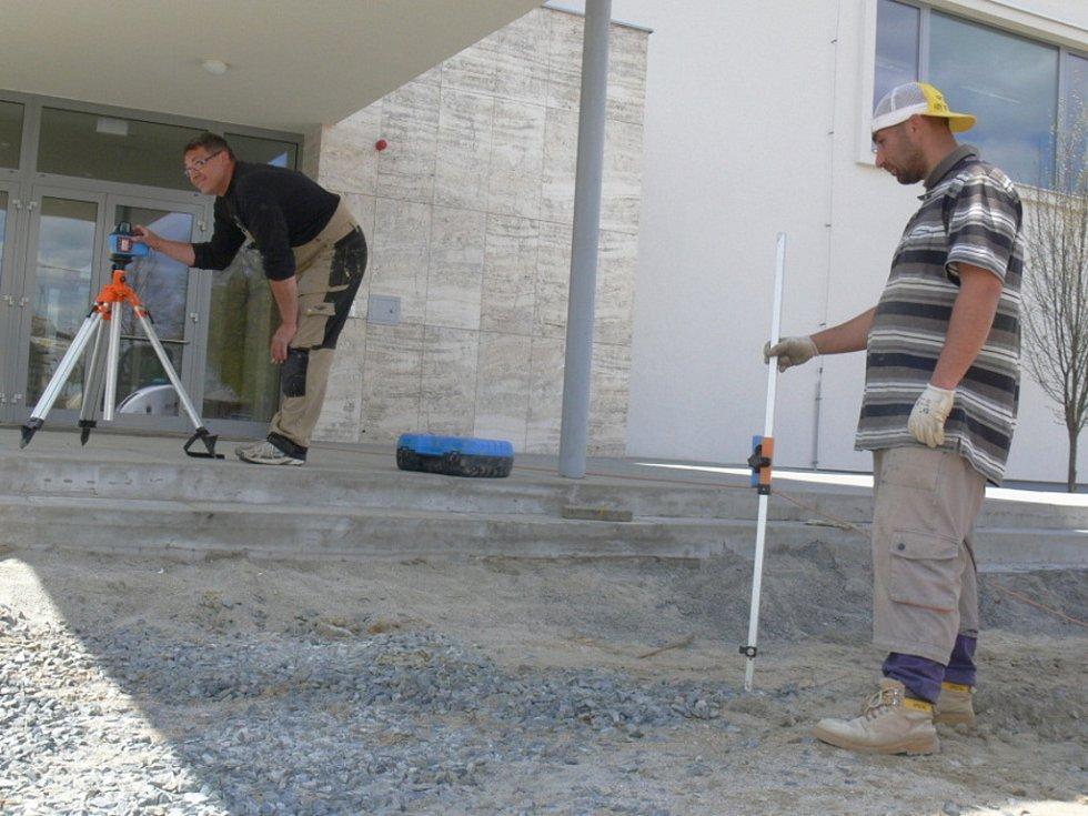 Dělníci v těchto dnech pracují na úpravách exteriéru před hlavním vstupem do Domu kultury ve Zdounkách.