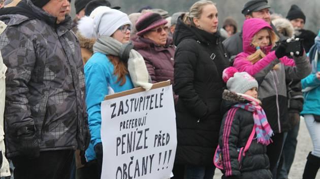 Obyvatelé Chropyně ve středu 18.1. protestovali před tamní radnicí proti situaci kolem hazardu ve městě a nové herně na tamním sídlišti.