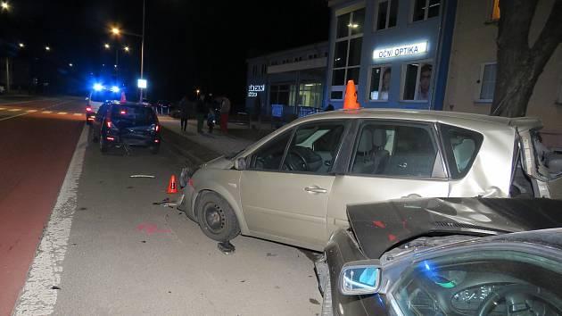 Dopravní nehodu v Záhlinické ulici v Hulíně řešili před sedmou hodinou večer ve středu 21. března kroměřížští dopravní policisté: zranění při ní utrpěl řidič a jeho mladá spoljezdkyně.