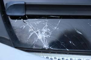 Rozbité čelní sklo na autě, které stálo zaparkované před obchodním domem na Kroměřížsku.