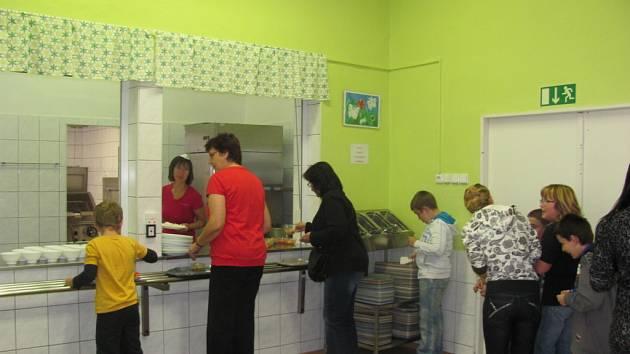 Snímky ze školní jídelny, kam se chodí stravovat žáci ze Základní školy Komenského v Kroměříži a ze Speciální školy. Kromě dětí a učitelů tam na obědy může chodit také veřejnost. Jídelna má dvě oddělené místnosti.