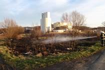 Požár trávy v Kroměříži.