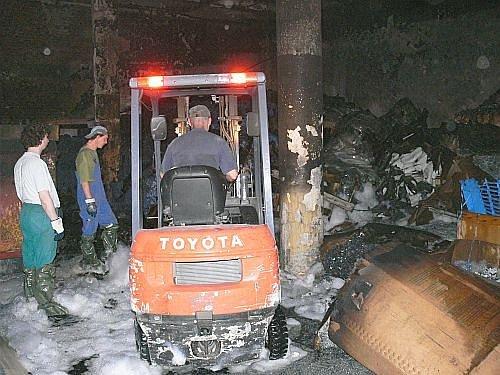 Zásah hasičů u požáru ve skladu plastů v chropyňské Fatře.