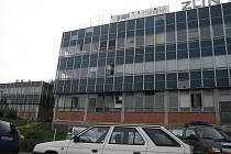 Do tiskárny Graspo ve Zlíně vtrhl dnes 24. září ráno do budovy zřejmě jeden z bývalých zaměstnanců a postřelil tam dva muže. Pak zbraň obrátil proti sobě a sám se postřelil. Jeden z trojice zraněných v nemocnici zemřel.