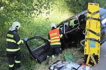 Nebezpečně vyhlížející nehodu museli ve čtvrtek 11. června večer řešit hasiči a záchranáři mezi holešovskou částí Tučapy a Prusinovicemi. Řidička tam se svým vozem skončila na střeše, na kola auto vrátili před příjezdem hasičů svědci havárie.