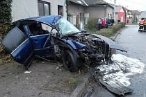 Ze zcela zdemolovaného passatu hasiči vyprostili těžce zraněného řidiče, kterého vrtulník transportoval do brněnské nemocnice. Spolujezdce odvezla sanitka do Zlína.