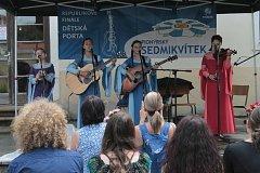 Celkem 34 soutěžících jednotlivců i skupin se v sobotu v Kroměříži utkalo o osm vitrážových kytarek. Konalo se tam totiž republikové finále 27. Dětské Porty, největší dětské hudební soutěže v oblasti folk a country.