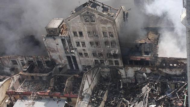 Hasičům se v sobotu podařilo zlikvidovat dvě třetiny požáru.
