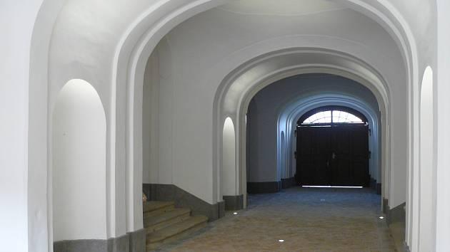 Opravené prostory. Průjezd severního křídla, jenž slouží jako vstup do hlavní budovy nyní už září novotou.