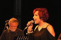 Narozeninový koncert Petry Janů v kroměřížském Domě kultury přilákal mnoho lidí. Janů zazpívala starší hity i nové písně.