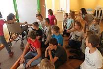 Muzeum Kroměřížska nabízí ne jen dětem pohled na život postižených. Děti si mohou vyzkoušet, jaké to je, být nevidomým, hluchým či pohybovat se na vozíčku.