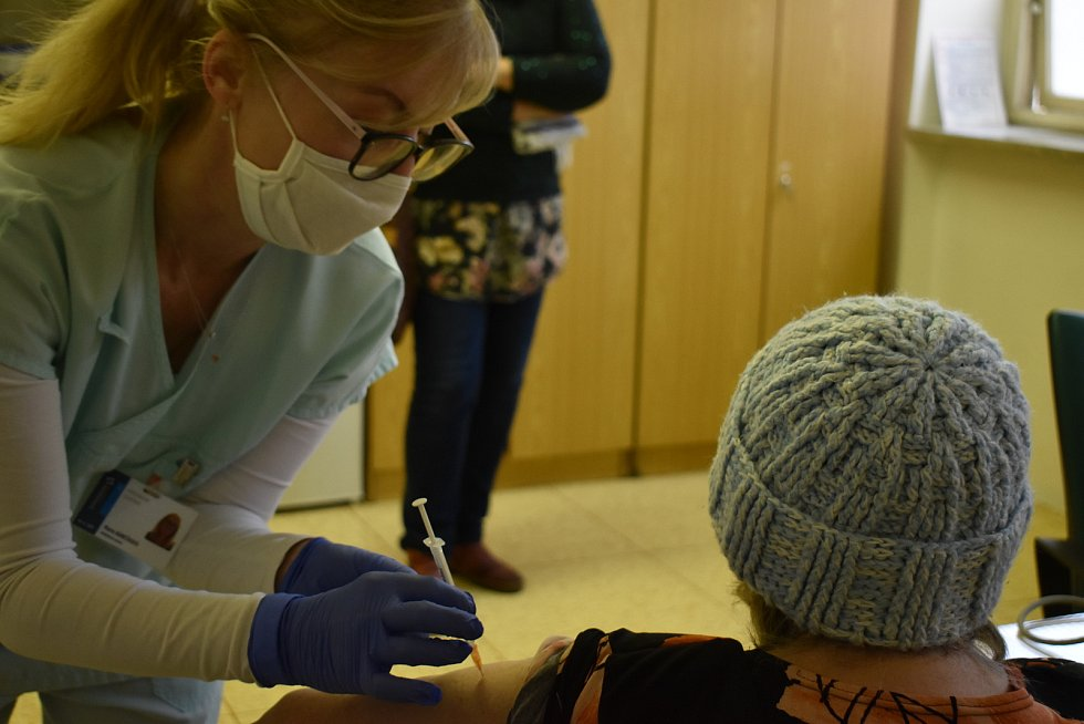 Očkovací místo v Kroměřížské nemocnici. První očkování seniorů 20. ledna 2021.