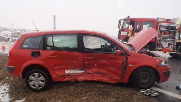 Srážka dvou vozidel na dálničním sjezdu.