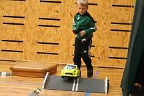 V TyMy centru v Holešově se pravidelně schází nadšenci do RC modelů. Autíčka na dálková ovládání jsou zábavou pro celé rodiny. Tuto sobotu mezi sebou navíc i závodili.