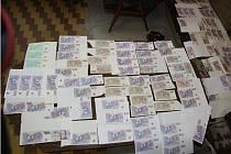 Sedmačtyřicetiletá žena z Kroměřížska udala do oběhu falšované bankovky za sedmdesát tisíc. Česká národní banka ocenila padělky jako méně zdařilé a označila čtvrtým stupněm na stupnici nebezpečnosti.