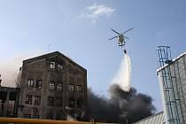K hašení požáru továrny v Chropyni hasiči využívali také vrtulníky.