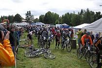 V pvodu závodu měli bikeři na trati málo místa. Postupem času už vojoval na náročném okruhu každý sám.