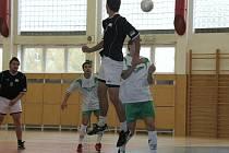 První ligu stále vedou hráči Zelených Křídel (v bílém).