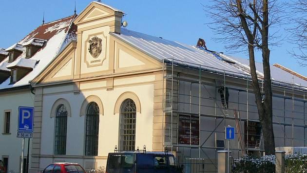 Do kroměřížské galeriie Orlovna střechou zatékalo. Dělníci se proto před pár dny pustili do opravy.