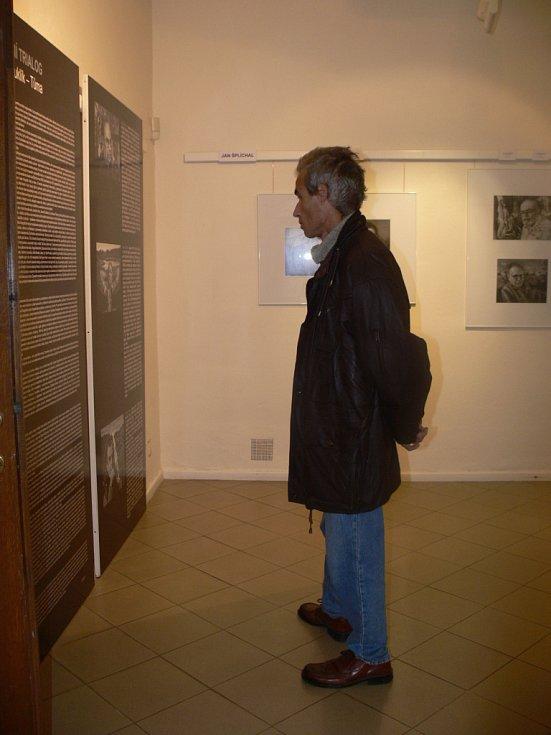 Výstavu nazvanou Portrétní trialog otevřeli v Muzeu Kroměřížska v Galerii v podloubí. Podobizny známých osobností tam vystavují tři fotografové – Jan Šplíchal, Karel Kuklík a Michal Tůma. Výstava potrvá až do 25. 11.