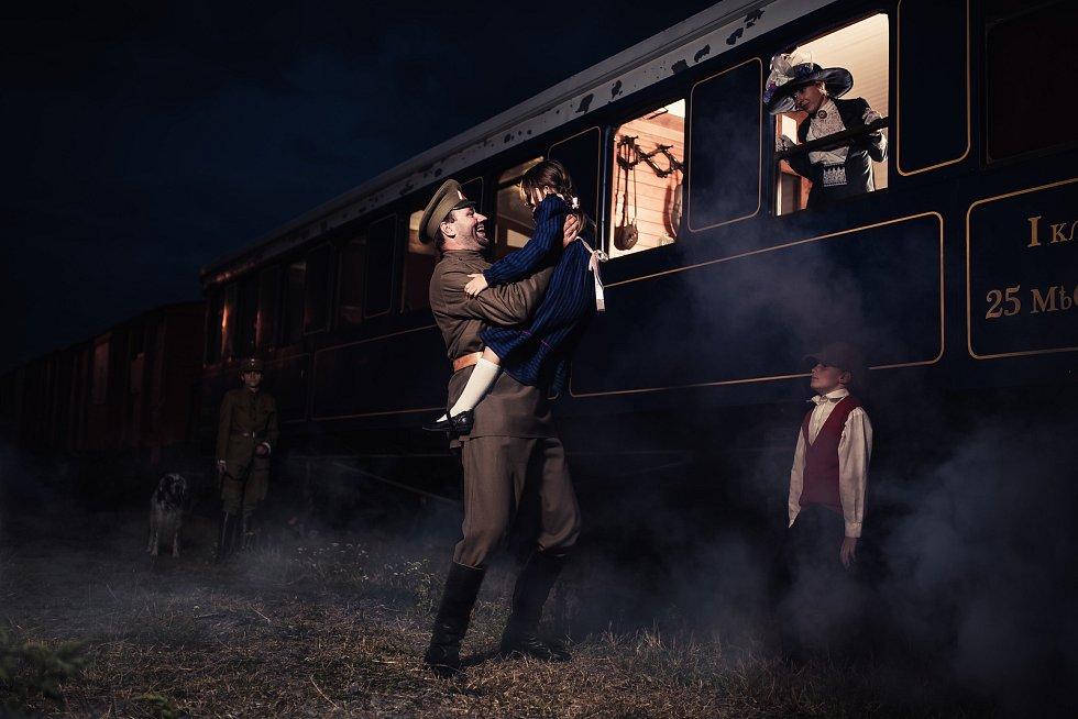 """PĚT FOTEK A RYCHLE DÁL. """"Při focení u vlaků se mnou bylo osm lidí. Dělalo se několik scén za světla a několik ještě potmě. Musela jít jedna scéna za druhou, aby se vše stihlo. Udělat pět fotek, přenést světla, vše přeházet a znovu,"""" říká autor Michal Žíla"""