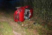 Mezi Kroměříží a Trávníkem řidička převrátila auto na bok.