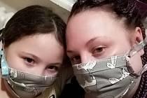 Na Kroměřížsku si lidé šijí ochranné roušky a již se je nestydí nosit na veřejnosti.