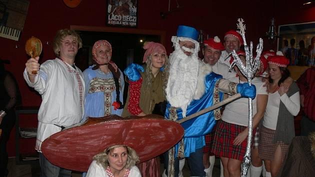 Závěr roku oslavili lidé v regionu třeba v hudebních klubech například na Staré masně nebo na Tabu v Kroměříži. V Hulíně se konal tradiční Silvestr v Kulturním klubu.