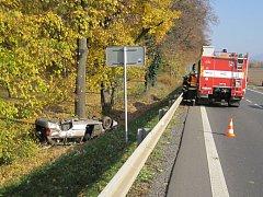 V převráceném vozidle u Holešova dva zranění. Řidič a pětiletý chlapec