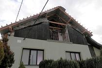 V noci z 25. na 26. února přišli manžele Krejčovi z Koryčan o střechu nad hlavou. Vzal jim ji požár, který zničil také podkroví a další místnosti v domě: zůstaly jim jen kuchyně a ložnice. Teď se pokouší svůj dům opravit.