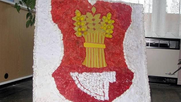 V Bařicích mají napodobeninu obecního znaku z recyklovatelného materiálu.
