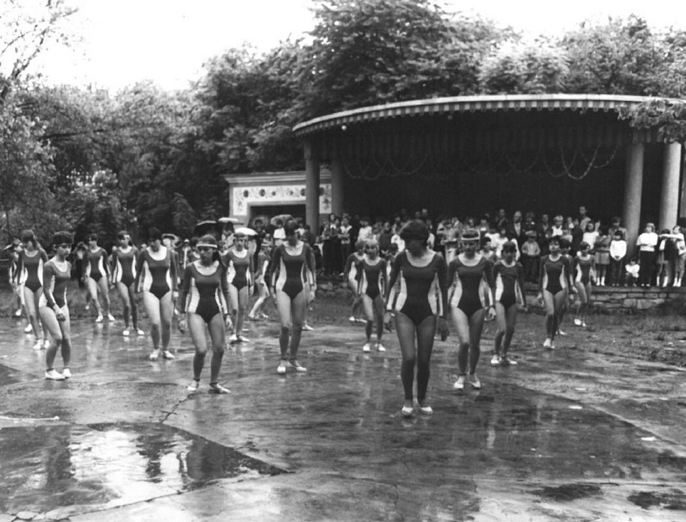 Starší žákyně předvádí na výletišti Rybníčky ukázku ze spartakiády. Fotografie pochází z roku 1985.