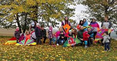 V Soběsukách na hřišti pořádala v sobotu 21. října obec a sbor tamních dobrovolných hasičů drakiádu pro děti.
