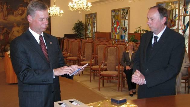 DO Kroměříže přijel 19. 5. 2008 na krátkou přátelskou návštěvu americký velvyslanec Richard W. Graber.
