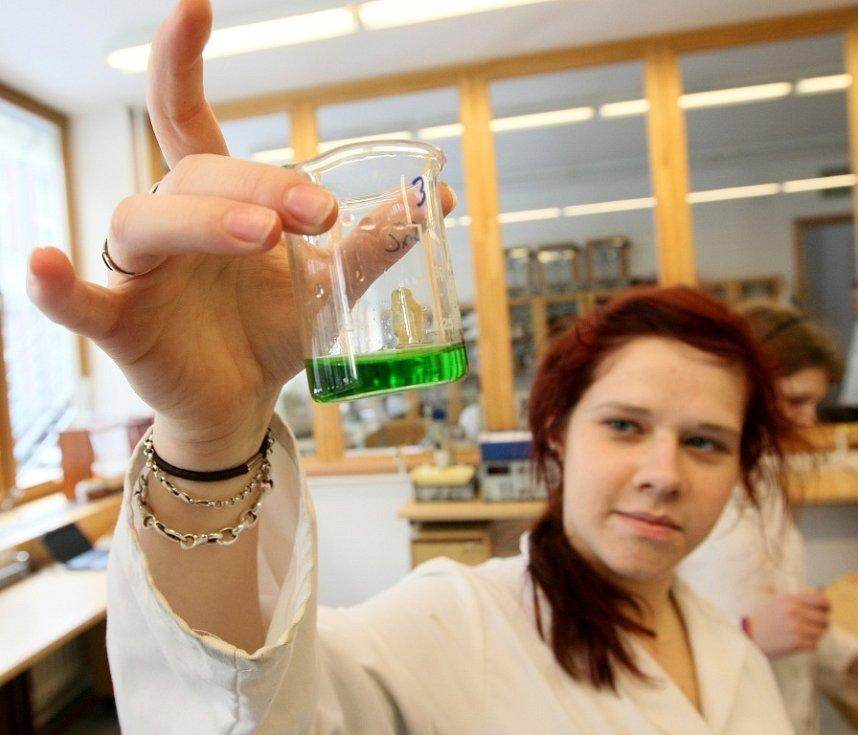 BUDOUCÍ STUDENTI si se zájmem prohlíželi nejen sklářské ateliéry, ale i moderně vybavené laboratoře pro studium chemie.