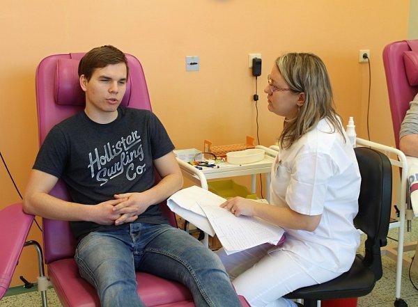 Podpořit Tomáše Nadě, který bojuje sleukémií a hledá vhodného dárce kostní dřeně, přišly vpátek do Kroměřížské nemocnice desítky lidí.