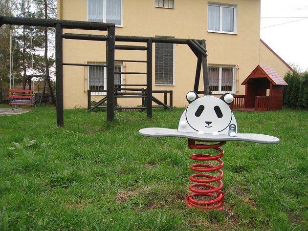Obec Sulimov koupila nové hrací prvky do dětského koutku za obecním úřadem.
