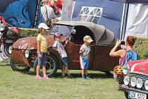 V holešovské zámecké zahradě se v sobotu sešly stovky historických automobilů snad ze všech koutů Česka i třeba zahraničí: Sbor dobrovolných hasičů Němčice pořádal už 13. ročník.